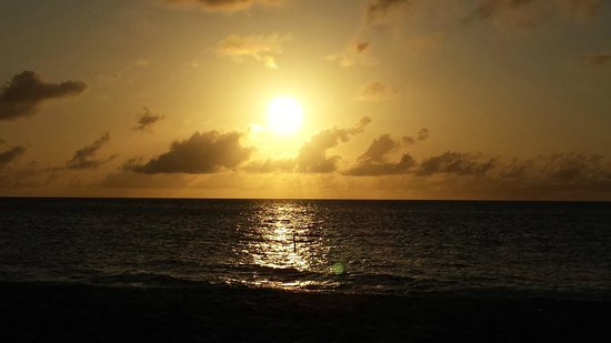 La Quinta Beach Resort: SUnset from Eagle Beach