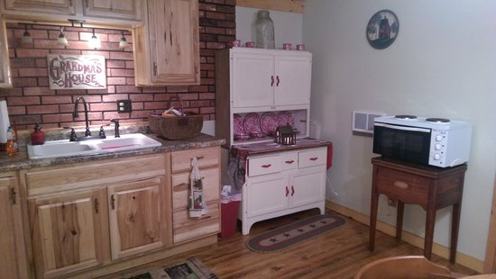 Tranquil Retreat Cabins: Kitchen at Priscilla's Cottage