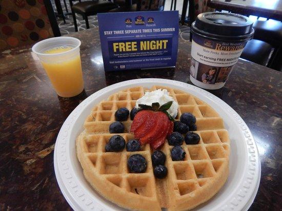 BEST WESTERN PLUS Augusta Civic Center Inn: Yummy Fresh Waffles Available!