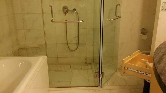 Jin Jiang Tower Hotel: 浴室