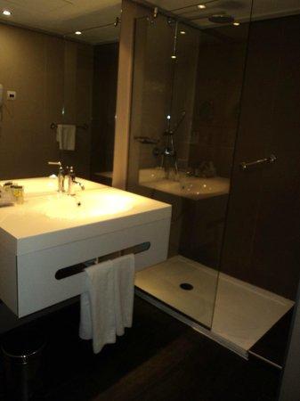 Hotel Spa Porta Maris & Suites del Mar : Cuarto e Baño