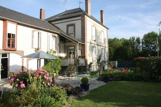 Le Saule Fleuri : le jardin et la terrasse du petit déjeuner