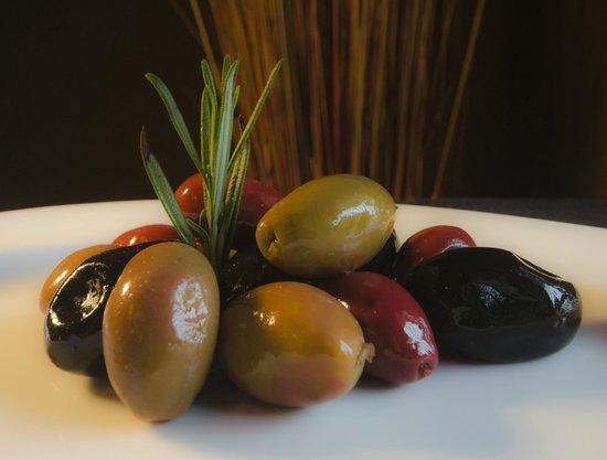 Salud Bistro: Warm Olives Tapas