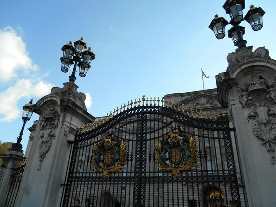Buckingham Palace: Another view of the beautiful gate