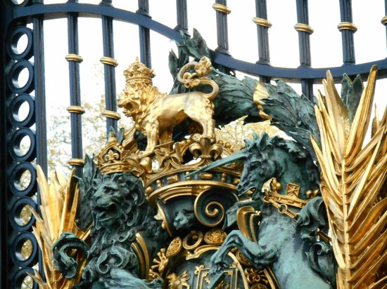 "Buckingham Palace: The Lion ""roars"" at the gate..."