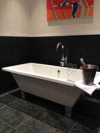 Congham Hall Hotel & Spa: Large bath in our Garden Room