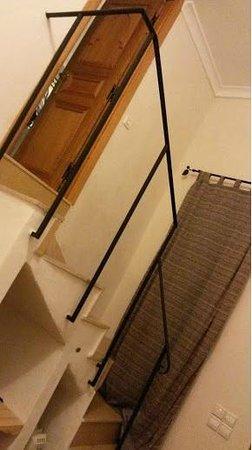 Al Ksar Riad & Spa : Stairs leading to bathroom in the room