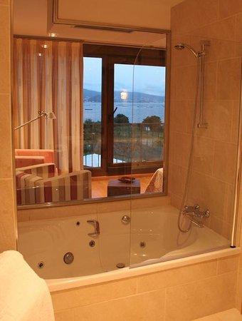 A Maquia: Vistas a la Ria desde la bañera de la suite