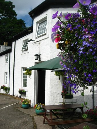 The Strontian Hotel: Sit outside and enjoy a bar meal or just look at the view