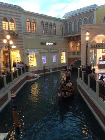 The Venetian Las Vegas: Внутри отеля течет река...