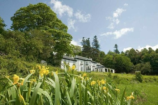 The Strontian Hotel: The Hotel from the lochside