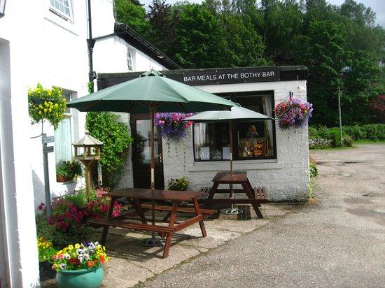 The Strontian Hotel: One of our outdoor seating areas