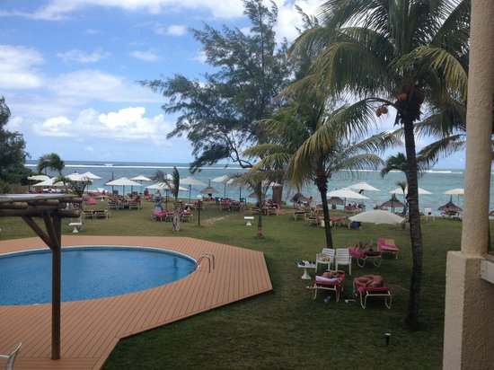 Silver Beach Hotel : The pool area leading to the beach