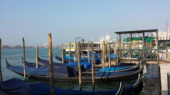 Hotel Savoia & Jolanda : gondolas at front of hotel