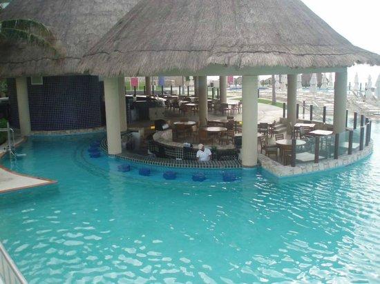 The Westin Lagunamar Ocean Resort: Swim up bar