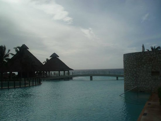 The Westin Lagunamar Ocean Resort: Bridge which goes over the infinity pool