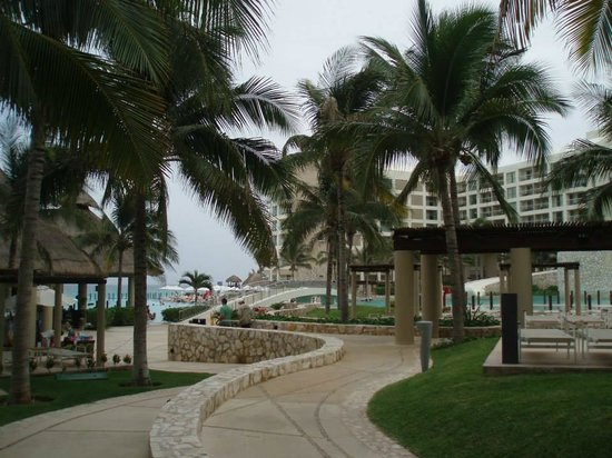 The Westin Lagunamar Ocean Resort: Pathway through resort