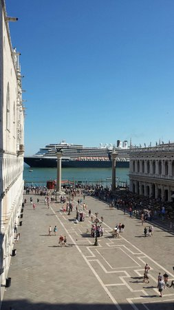 Hotel Savoia & Jolanda: view from top of Basilica with cruise liner !!
