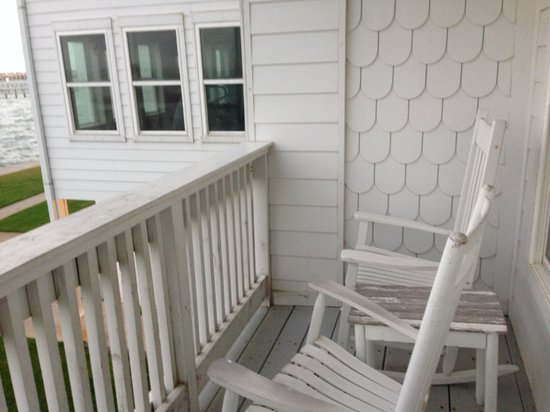 Lighthouse Inn at Aransas Bay: Rocking chairs on balcony