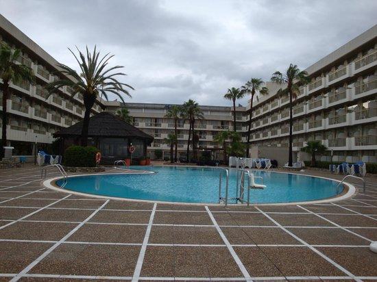 Hotel Best Maritim: Вот один из бассейнов, есть еще детский.