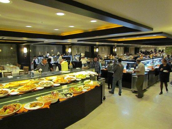 Suhan Cappadocia Hotel & Spa: Restaurante amplo com vários buffets
