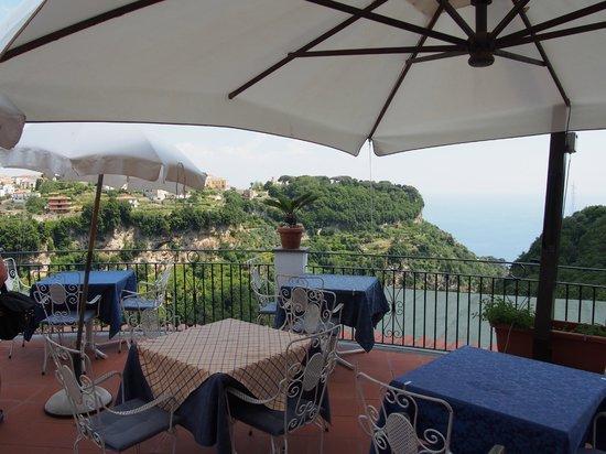 La Margherita Villa Giuseppina: Bar terrace across to Villa Cimbrone