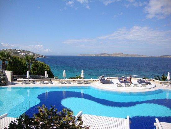 Mykonos Grand Hotel & Resort: petit encas à la piscine