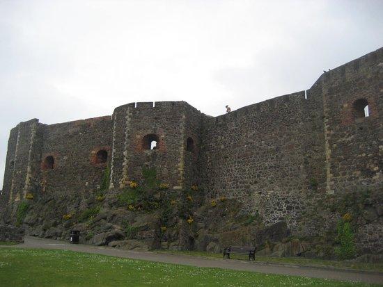 Carrickfergus Castle: Tall walls!