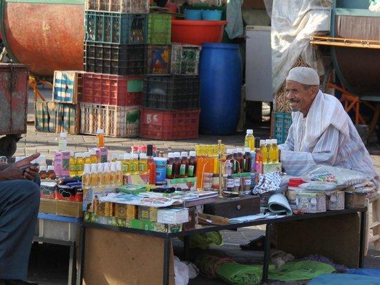 Jemaa el Fna : Vendedor de perfumes y aceites de argán
