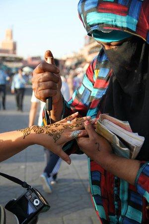 Jemaa el Fna : Una tatuadora de Henna en la Plaza Jemma el Fnaa
