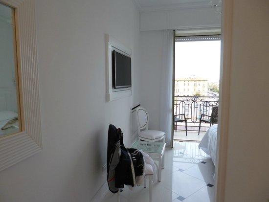 Hotel President : Zimmer TV und Blick zum Balkon