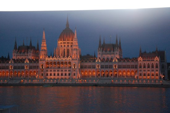 Burg Hotel: Parliment at night