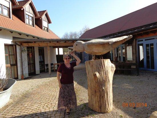 Waldvogel: Cudowny drewniany ptak w styczniu na podwórku restauracji.