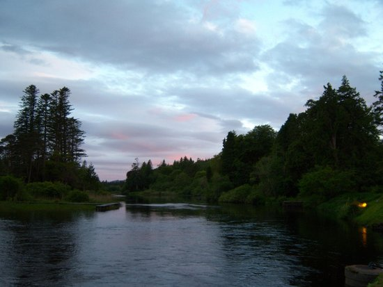 Ballynahinch Castle Hotel: sunset over the river