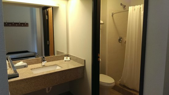 Izatys Golf and Yacht Club: Double Queen Bathroom