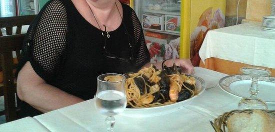 La Caraffa: spaghetti allo scoglio per uno? veramente abbondanti!