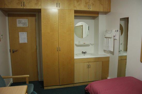 Pollock Halls - Edinburgh First : шкаф и раковина в номере