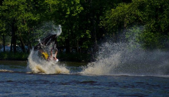 River Bay Campground & Marina: Jet Skiers doing tricks in the bay at River Bay