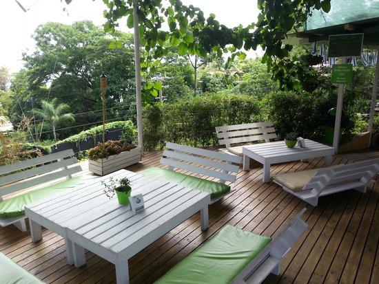 Manuel Antonio Falafel Bar: Outdoor deck