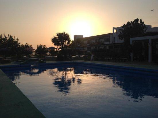 Rhodian Sun Hotel: Hotel côté jardin au crépuscule