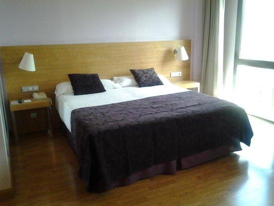Hesperia Zaragoza: cama extra grande