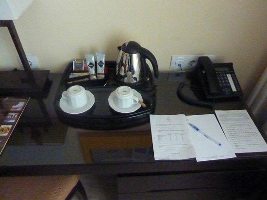 Lion's Garden Hotel: Kaffeekocher und Tee und Kaffee im Zimmer