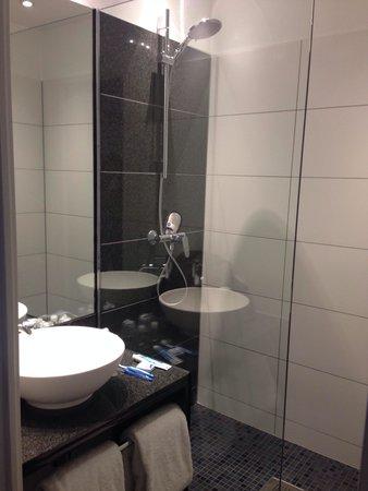 Motel One Edinburgh-Princes : Bathroom