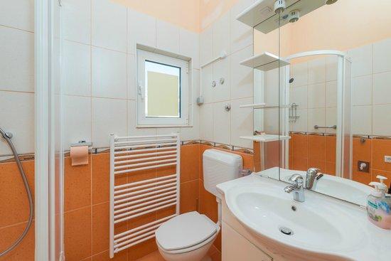 Apartments Komazin : apartment Lavanda- bathroom 2