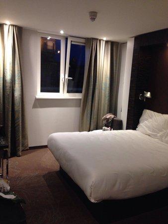 Motel One Edinburgh-Princes : Room 340: front to Prince St