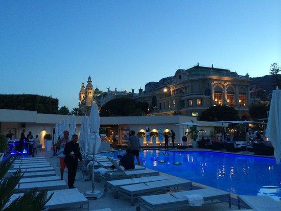 Fairmont Monte Carlo: Un soir de juin au bord de la piscine