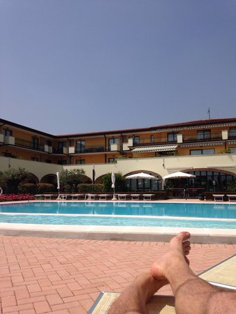 Le Terrazze sul Lago Residence & Hotel: At the big pool in front of the Hotel together with a nice view above the Lake Garda!