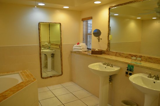Galley Bay Resort : Premium Beachfront Suite Bathroom