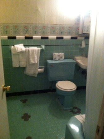 St. Charles Guest House: Bathroom