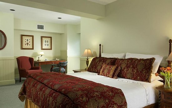 Lord Camden Inn: Premier River View Fireplace Suite